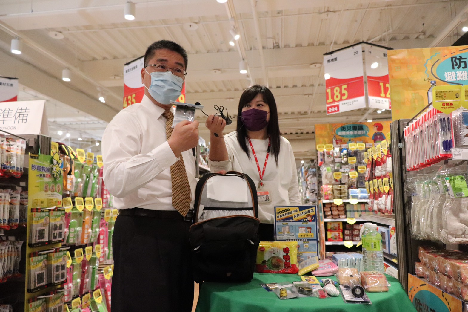 徐國勇部長介紹防災避難包內含物品