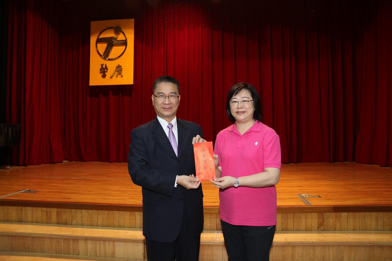 內政部長徐國勇(左)肯定警廣在臺長宣介慈(右)的帶領下,製作優質節目
