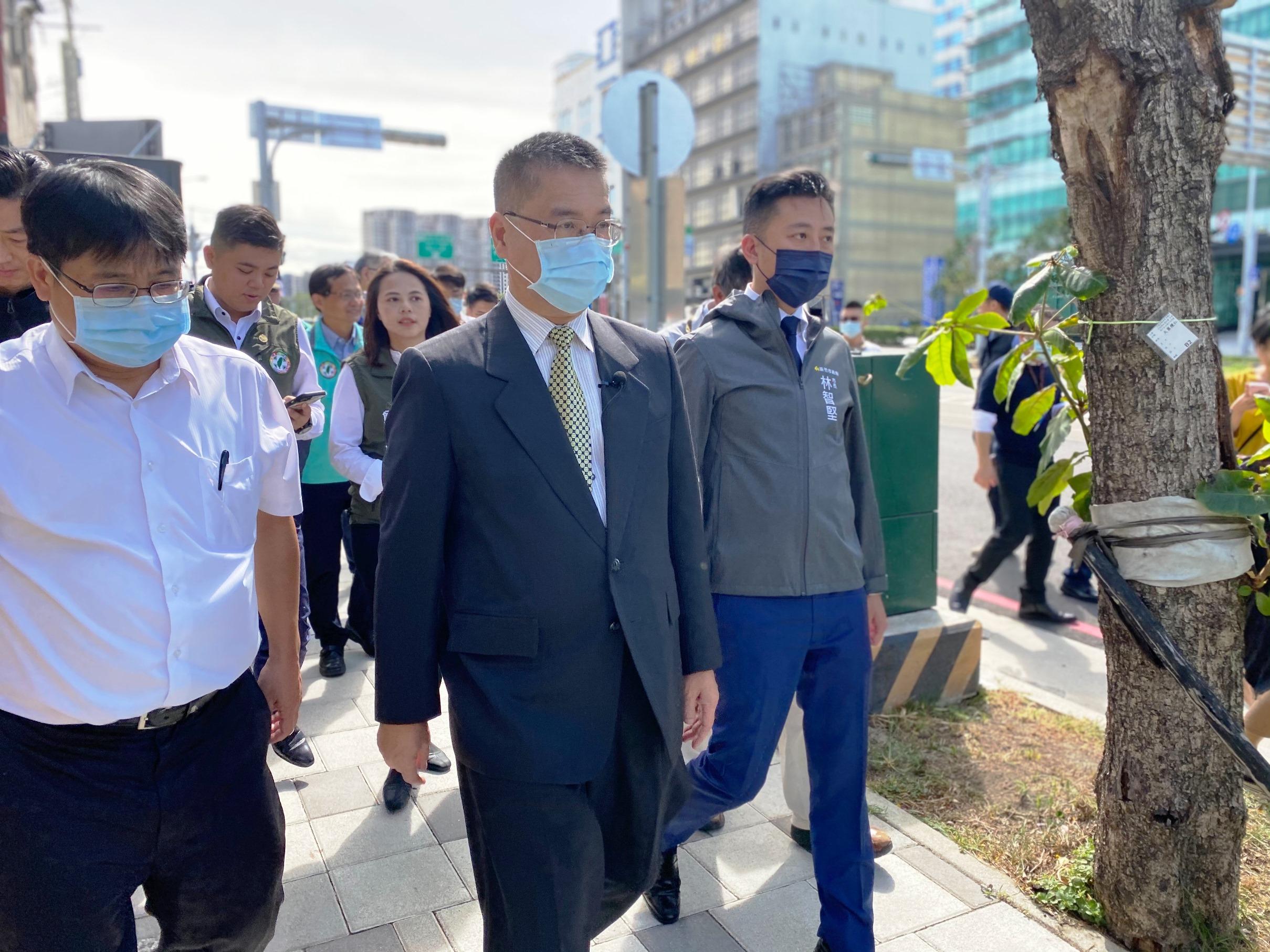 內政部長徐國勇在新竹市長林智堅陪同下,訪視新竹市公道五路人行空間改善工程1