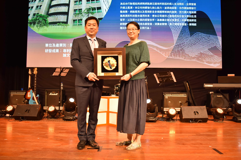 陳宗彥次長(左)頒發績優單位獎牌