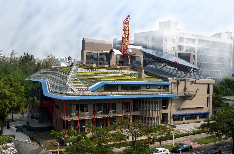 成功大學孫運璿綠建築科技大樓(綠色魔法學校)是臺南府城中的低碳建築典範