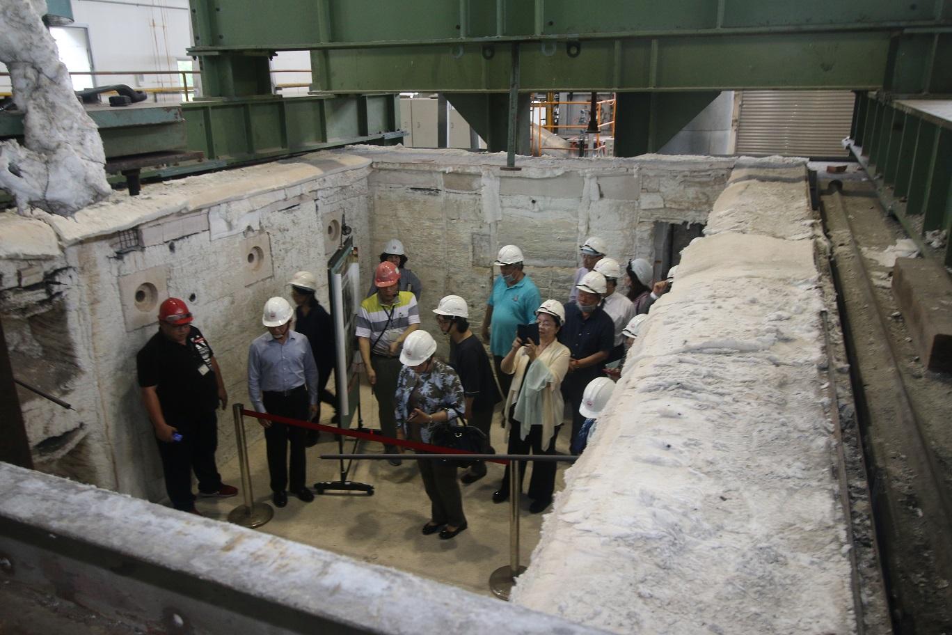 監察委員巡視試驗用複合爐內部。.jpg