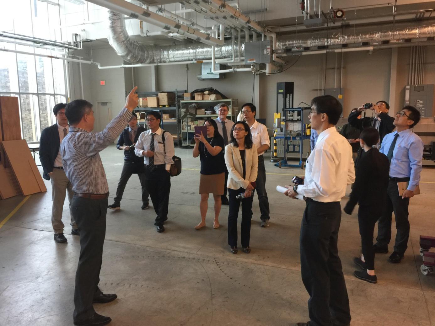 圖2. FPL的 Zhiyong Cai博士介紹複合材料實驗室儀器設備