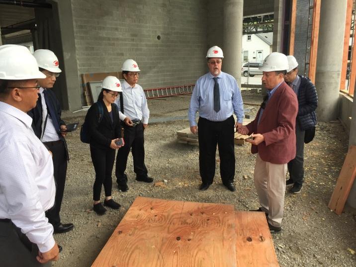 圖5. New Land Enterprises公司人員介紹木構住宅建案及施工情形