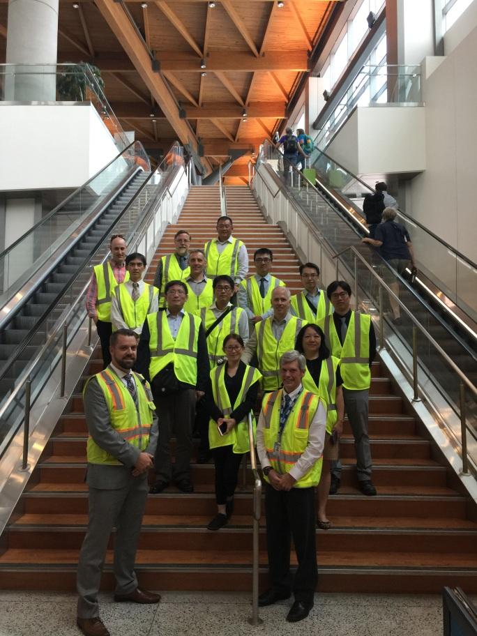 圖7. 與美國Portland國際機場人員合影與機場內屋頂梁及桁條結構