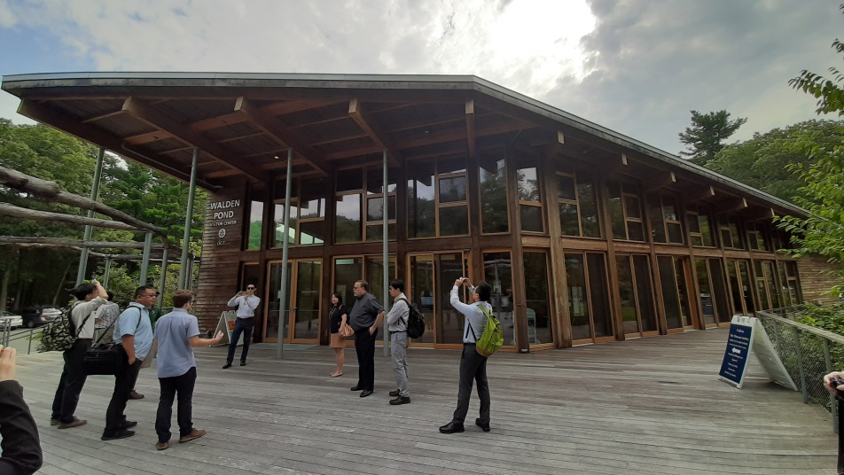 圖8. 瓦爾登湖遊客中心(Walden Pond Visitor Center)外觀與內部
