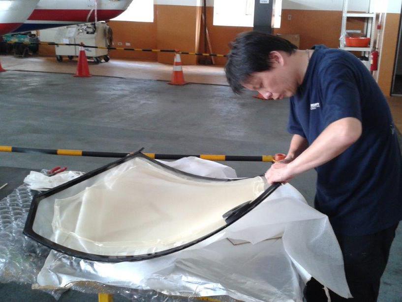 駕駛艙玻璃修護作業