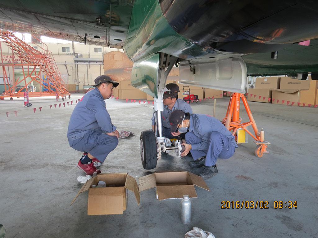 BE-200 right landing gear inspection(12).JPG