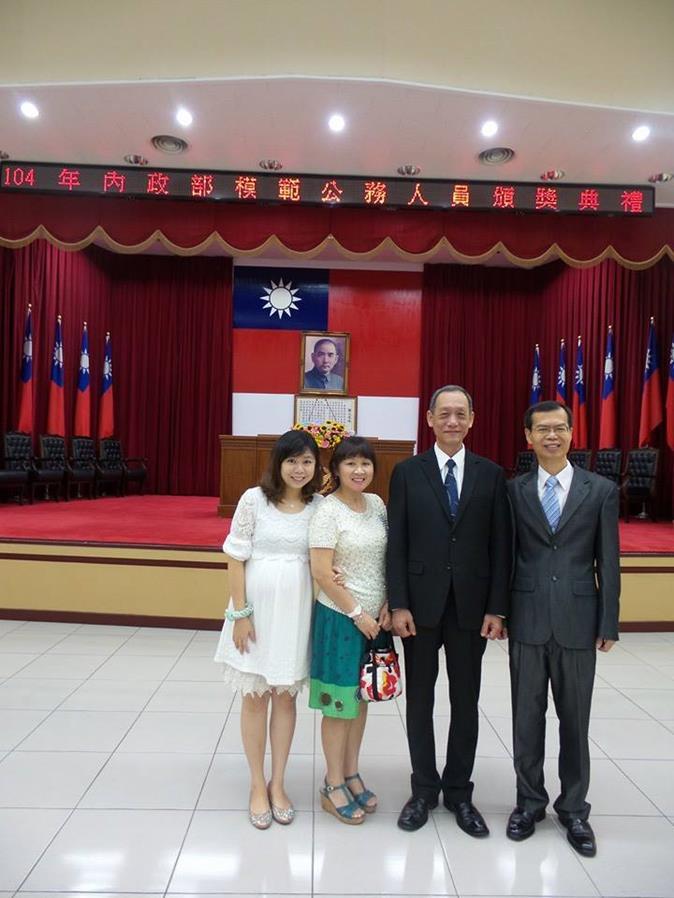 總隊長董劍城、簡任秘書鄭問堂與其家屬合影.jpg