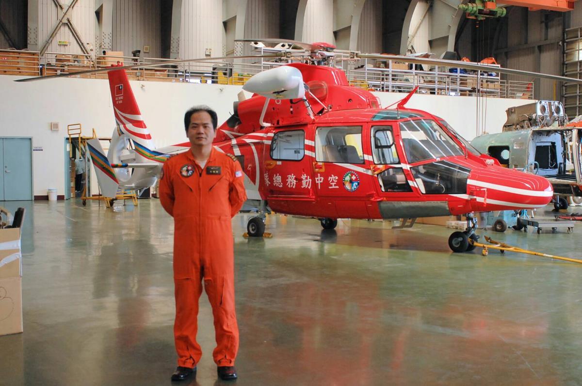 吳祺祥與黑鷹直升機.jpg
