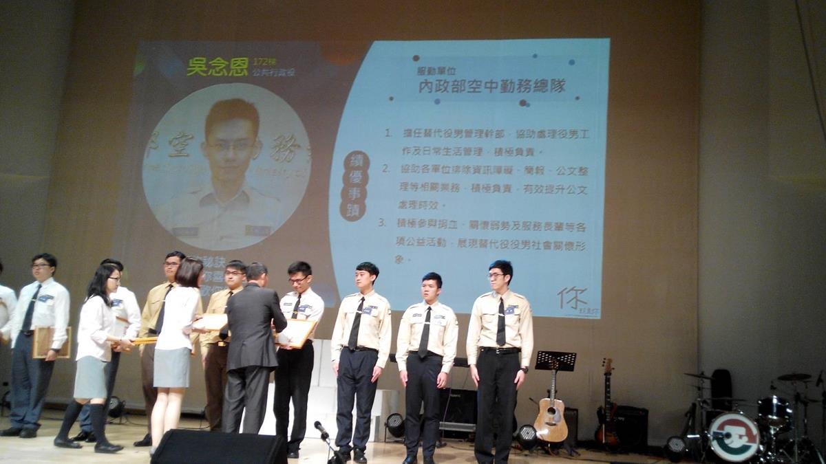 Deputy minister distributed the award..jpg