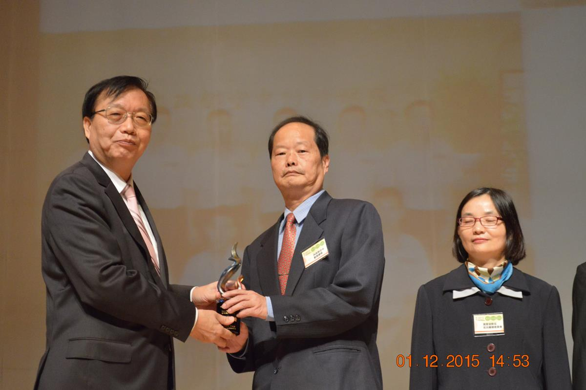 Minister Chen presented the trophy of 2015 replacement service performance department to the Corps – received by Deputy Director-General Wang on behalf of the Corps.jpg