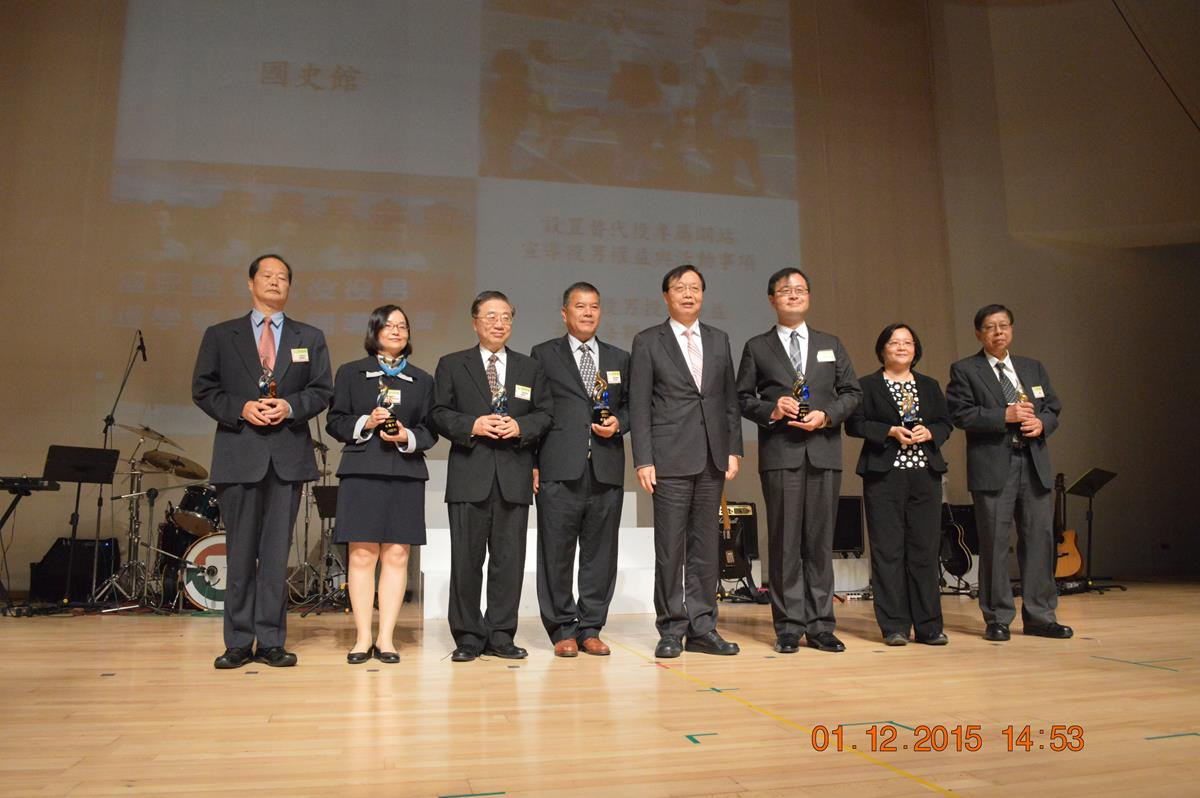 Minister Chen presented the trophy of 2015 replacement service performance department– group photo.jpg