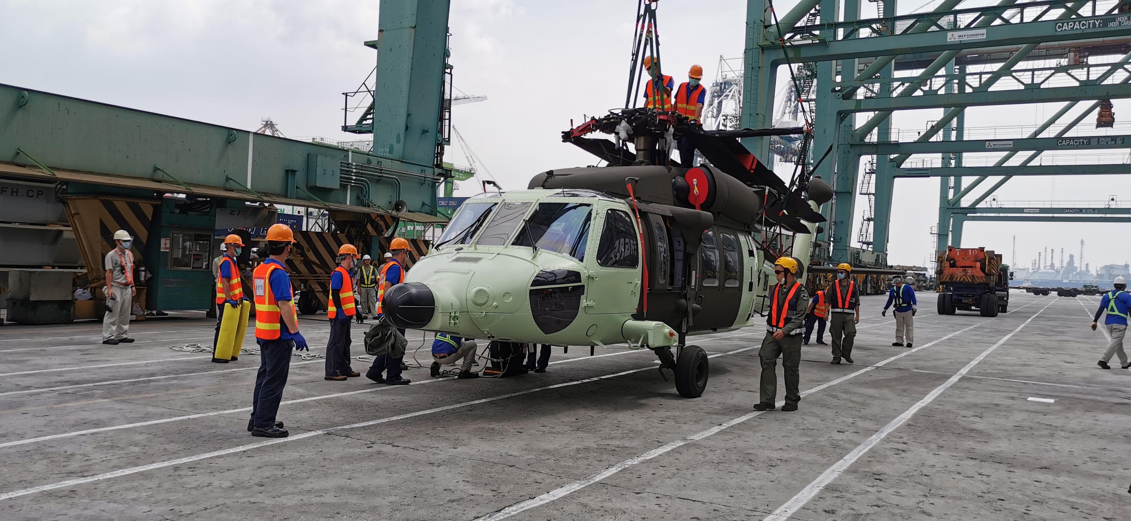 黑鷹直升機拖機準備作業.jpg