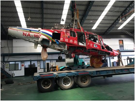 AS-365海豚型直升機吊車上架側面照.jpg