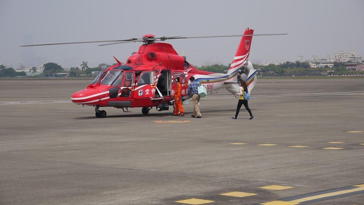 AS-365N海豚直升機與醫護人員.jpg