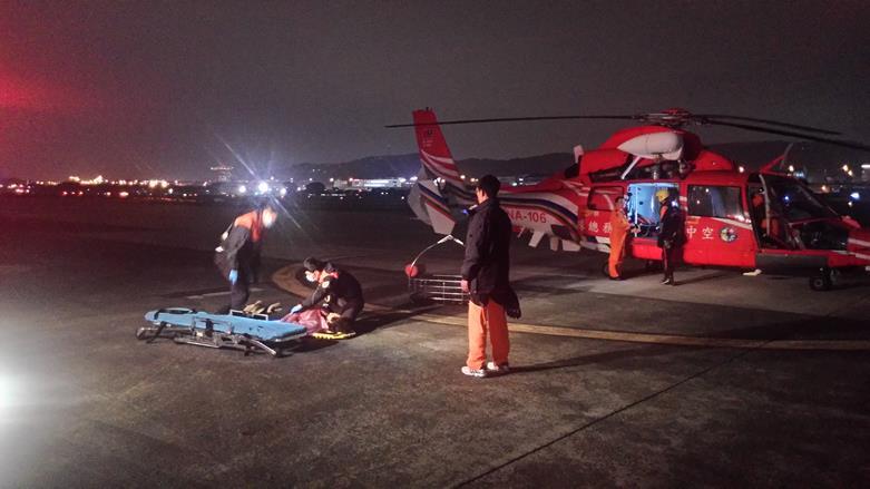 救難人員準備將婦人從救生吊籃移至擔架.jpg
