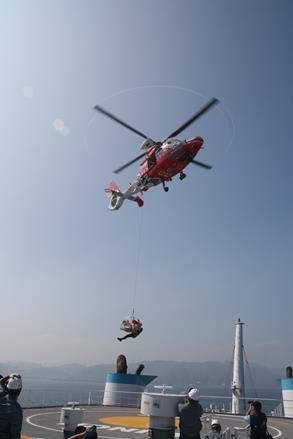空勤的搜救人員熟練的從直升機垂吊至甲板.jpg