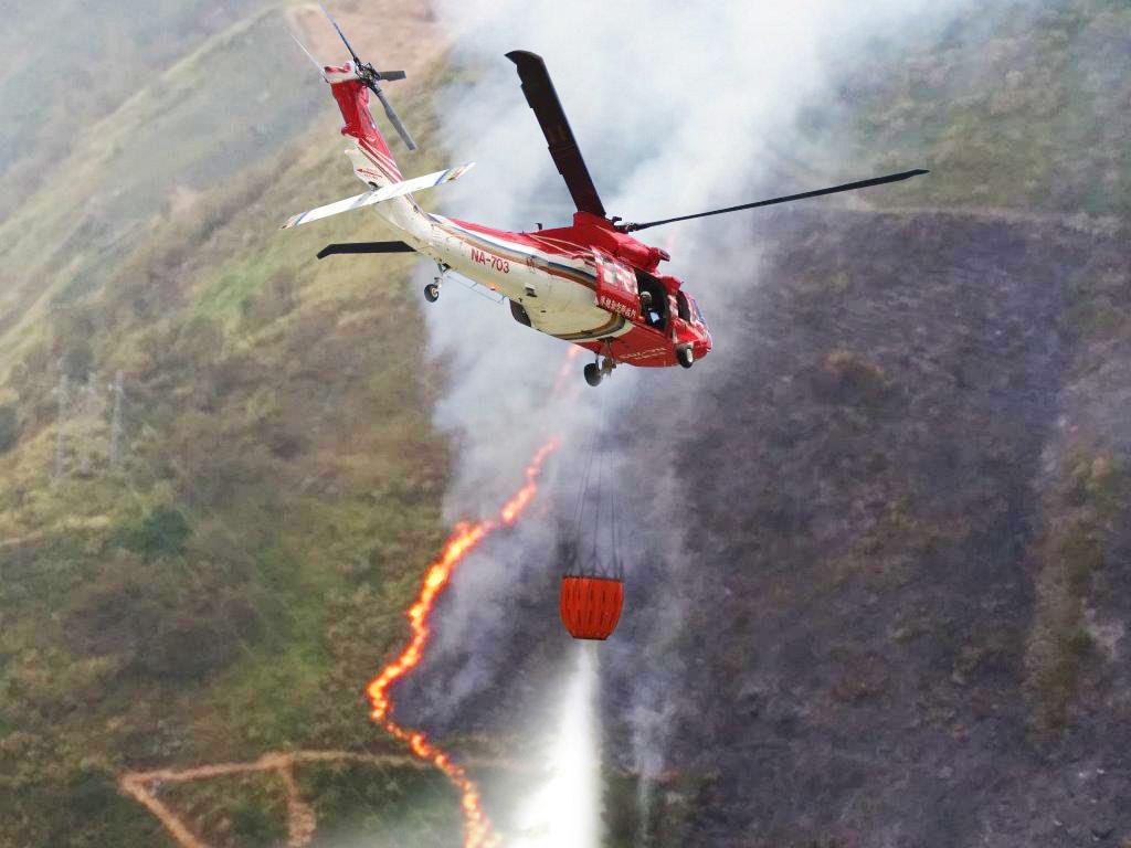 UH-60M黑鷹直升機任務機組員前往南投縣仁愛鄉台14線96K北方高山處滅火(共二張).jpg