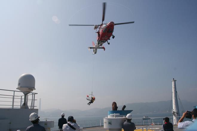 仰角之海豚直升機與搜救人員.jpg