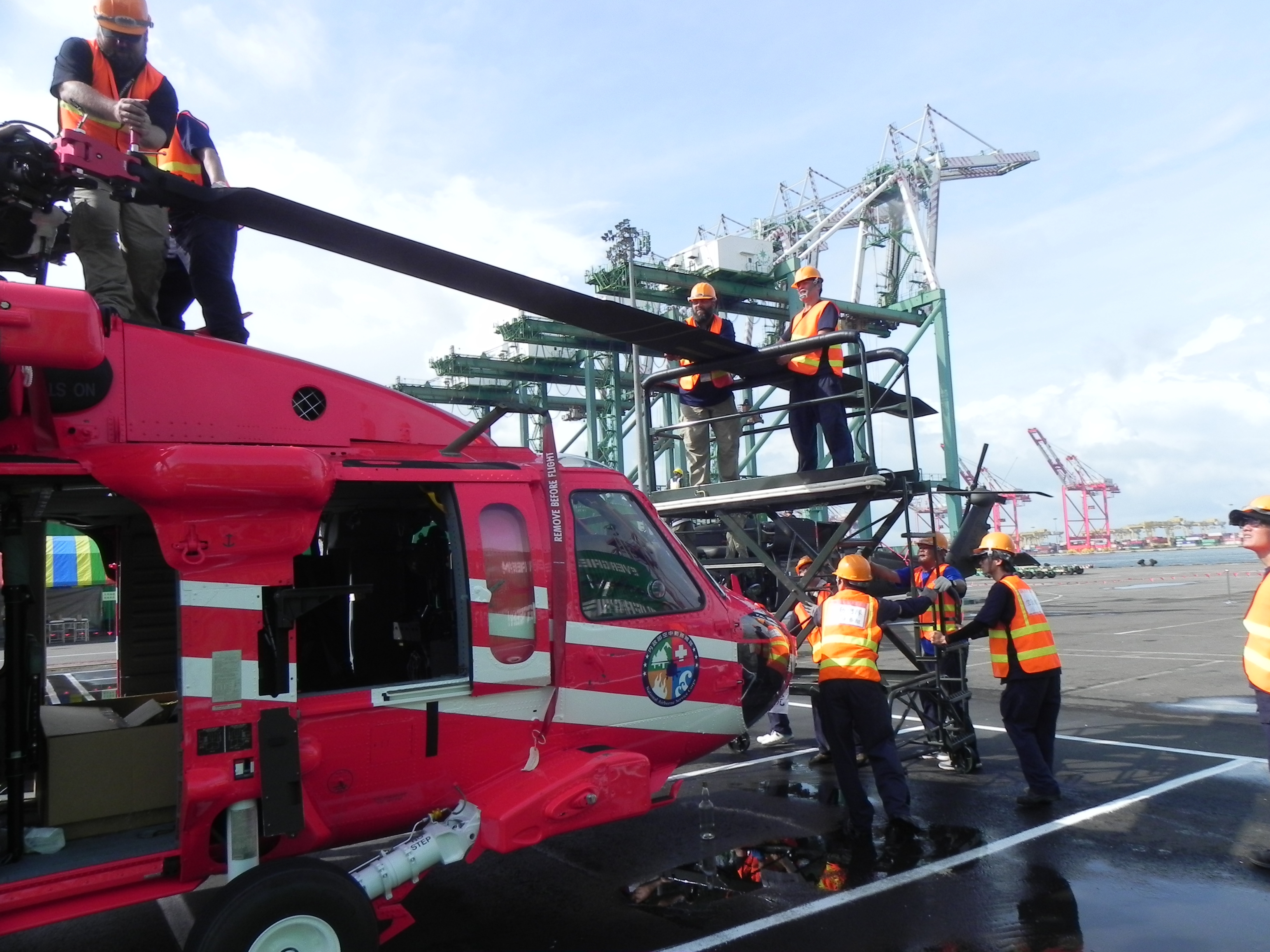 空勤總隊第二批2架UH-60M黑鷹直升機抵高雄港79號碼頭.jpg