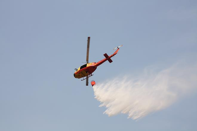 UH-1H直升機進行投水滅火.jpg