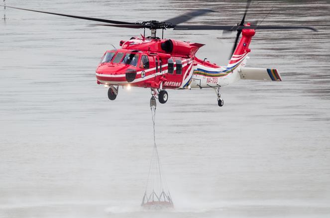 機組員實施水袋掛載作業,飛至萬大水庫實施取水。(共四張).jpg