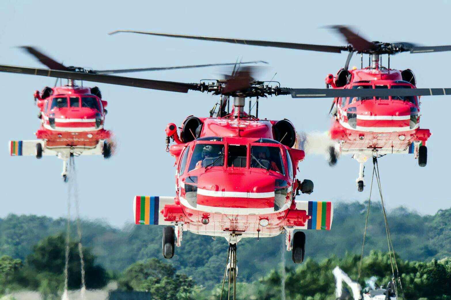 雙十國慶日當天,內政部空中勤務總隊與國防部直升機實施空中分列式通過總統府,展現國家空中救援能量.jpg