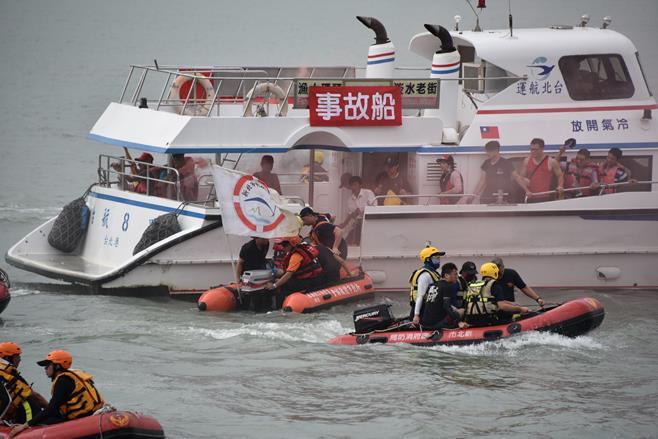 事故船與水域救援專用消防橡皮艇.jpg