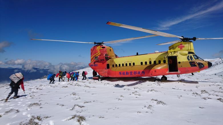 105年3月26日南投郡東山11名登山客與B-234直升機.jpg