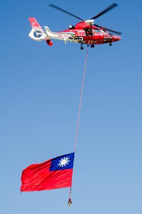 直升機吊掛「國旗」,展現國家空中救援能量.jpg