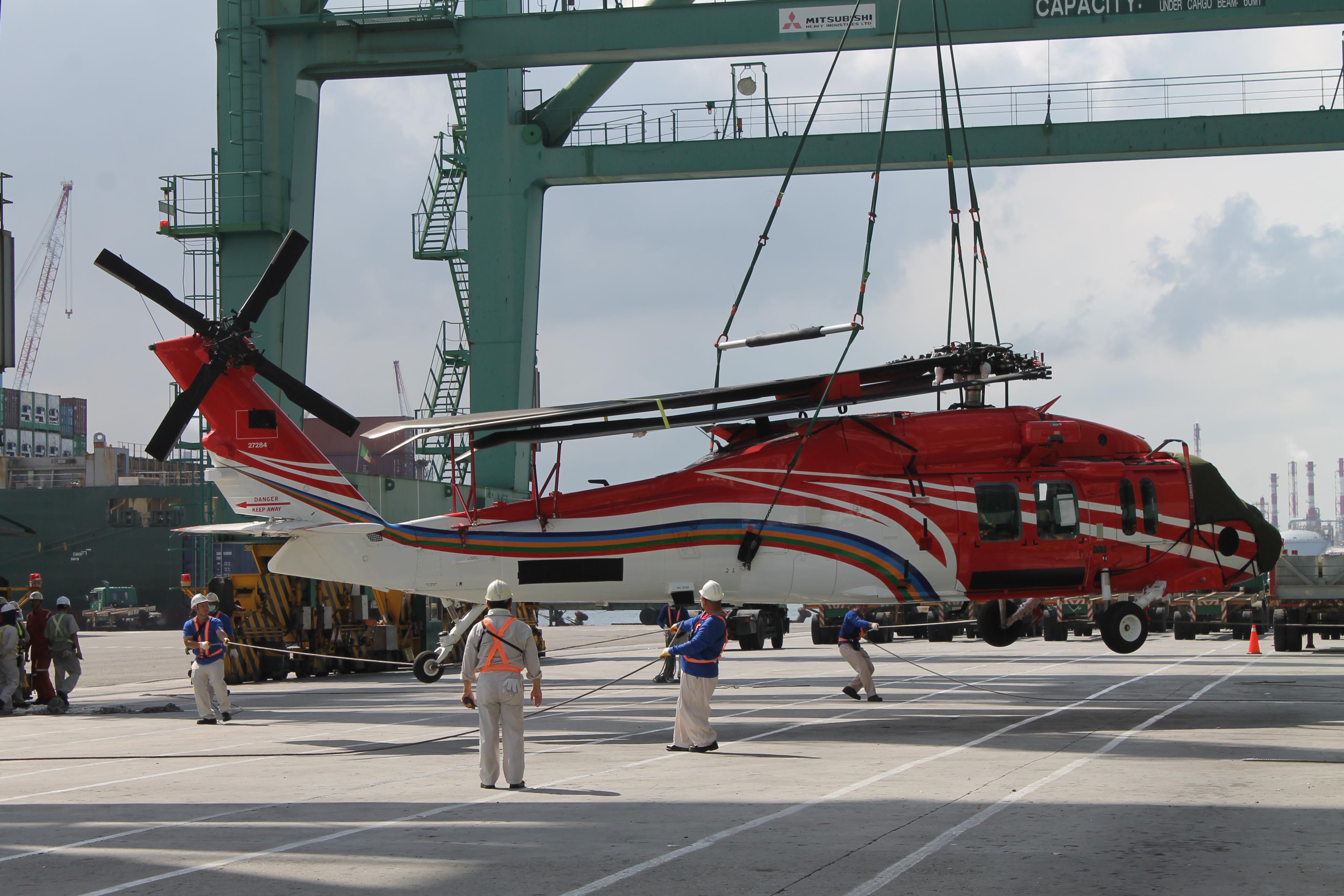 UH-60M黑鷹直升機運抵高雄港.jpg