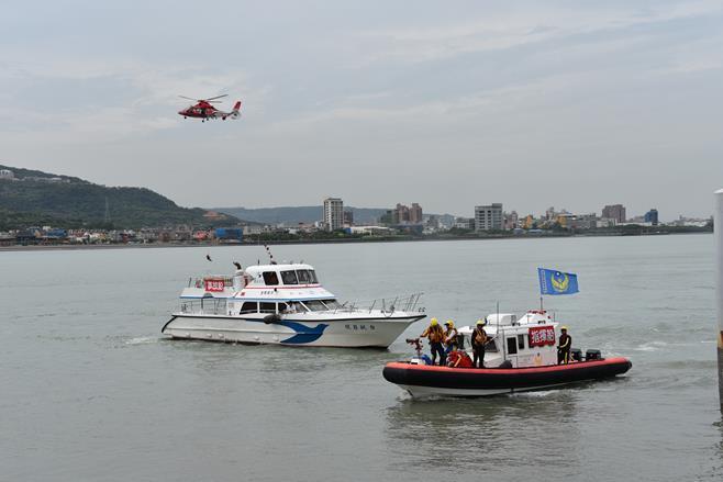 參與演練的AS-365海豚直升機與指揮船、事故船.jpg