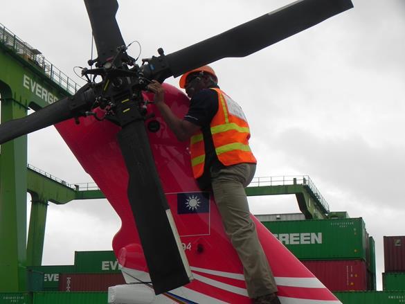 UH-60M黑鷹直升機尾旋翼檢視作業.jpg