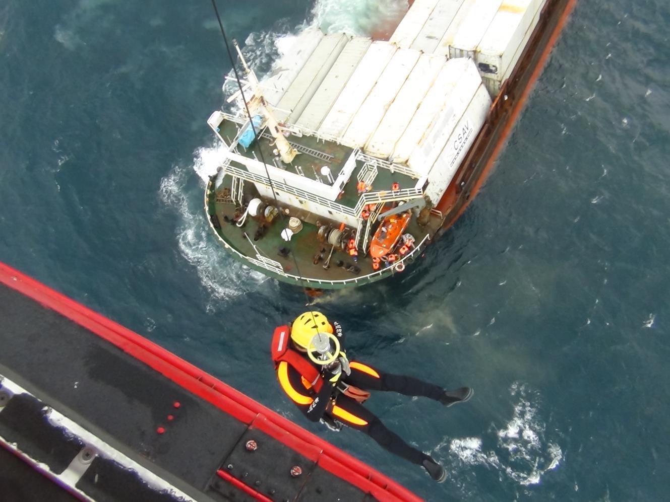 空勤直升機馳援巴拿馬籍貨輪嚴重傾斜任務(共八張).jpg