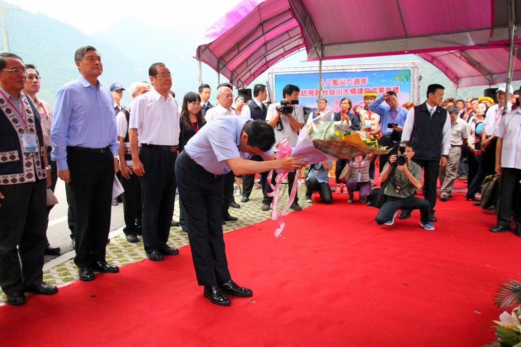 104年9月19日馬總統於「八八風災救災英雄紀念碑」獻花.jpg