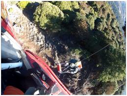 南投林管處巡護員不慎跌落林道邊坡頭部重創,空勤總隊派機緊急空中吊掛救援照片(共2張)