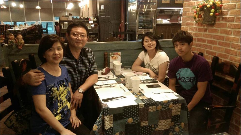 王菁芬與家人合影