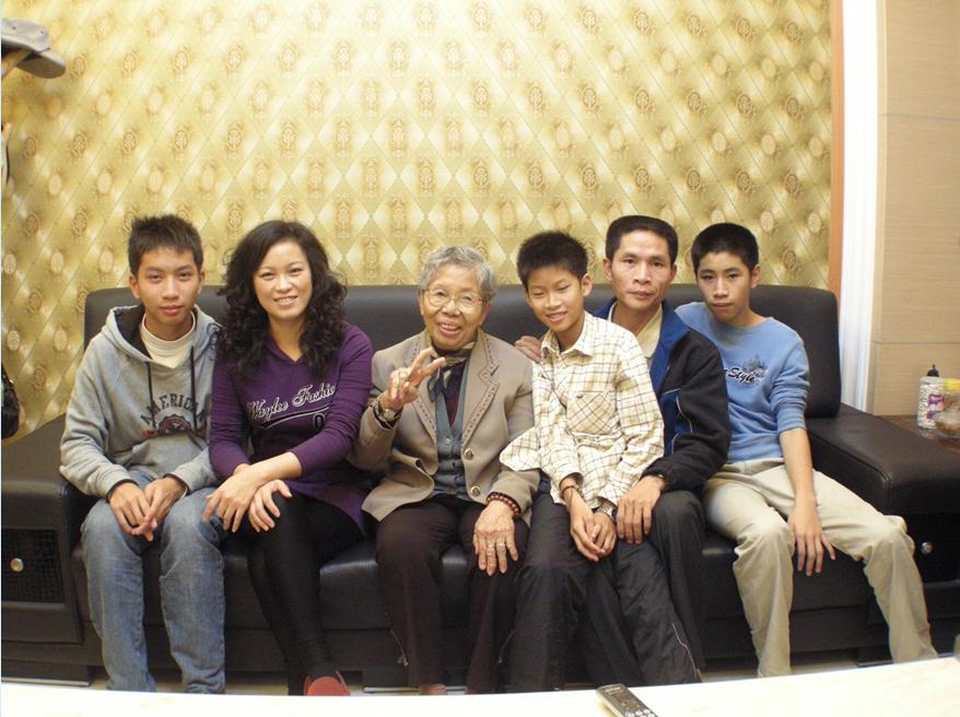 陳坤煌與家人合影