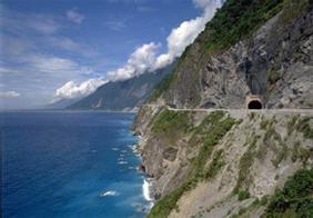 国立公園の東側にある清水断崖は高さ800メートルを超える。