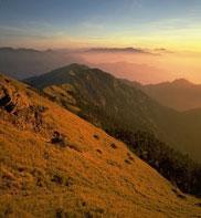 合歓山の山頂から四方を眺めると見渡す限り山々が峰を連ねて見えます。