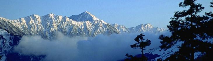 3500メートルを超す山々は冬になると雪を抱き、気高く美しい姿を見せます。