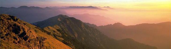 朝日、夕日に紅く映る山々の斜面や雲海は高山エリアならではの景観です。
