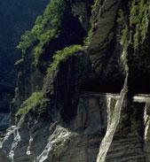 天祥から下流は川床の勾配は小さくなり、両岸の変成石灰岩が高さ1000メートルを超す切り立った断崖になり、峡谷の幅も狭く壮大な景観を成しています。