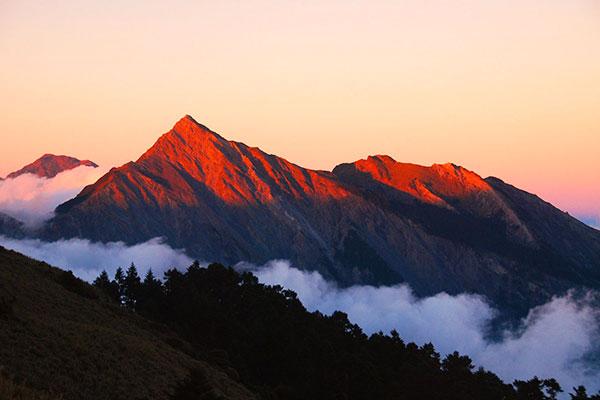 中央尖山日出