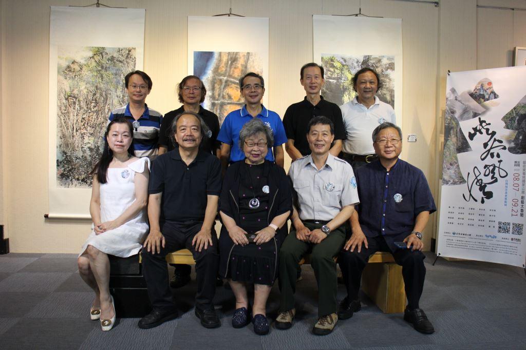 「峽谷風情」展覽開幕式,游登良處長與台灣海洋畫會參展畫家合影(.jpg)