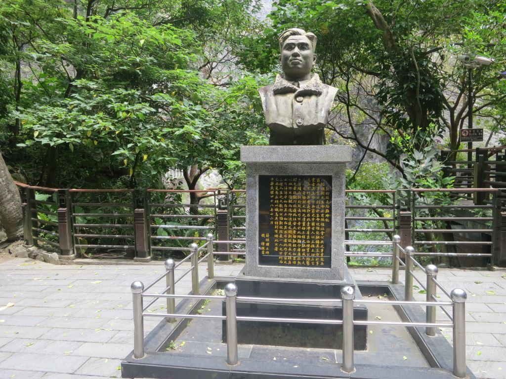 靳珩銅像(.jpg)