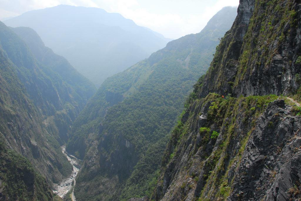 陡峻的錐麓斷崖(.jpg)