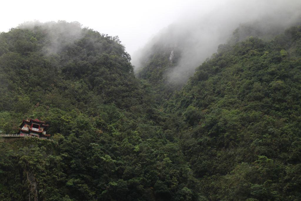 長春観-タルパビリオンの霧の雲と霧を見下ろす(.jpg)