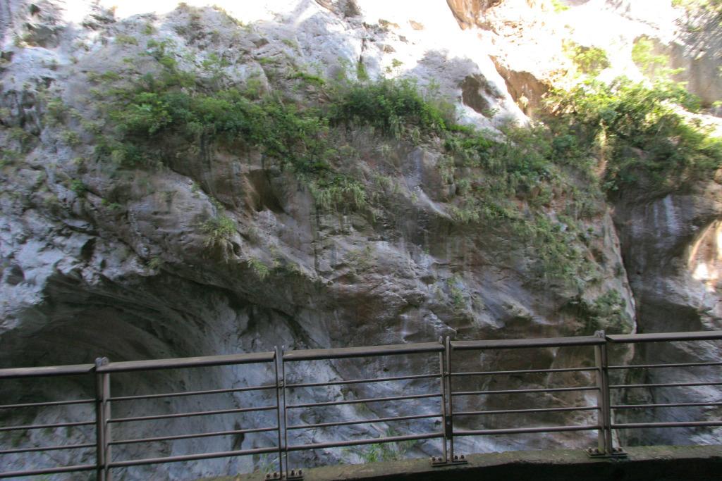 Taroko Gorge along the Swallow Grotto Trail (.jpg)
